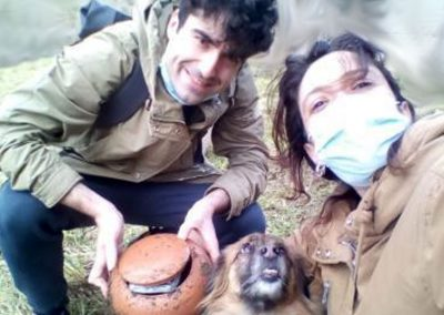 Ayalgueros de El Busgosu, can incluído, muestran con orgullo su tesoro